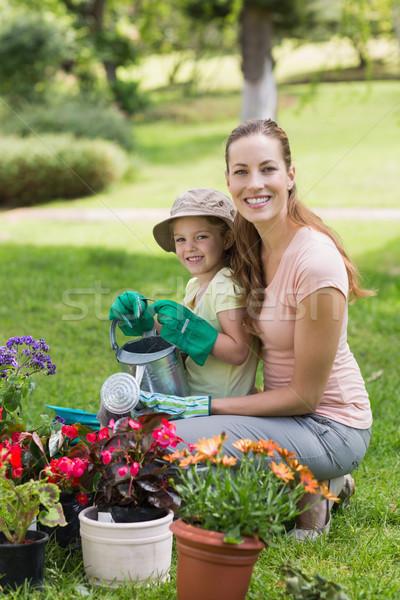 Moeder dochter verloofd tuinieren zijaanzicht portret Stockfoto © wavebreak_media