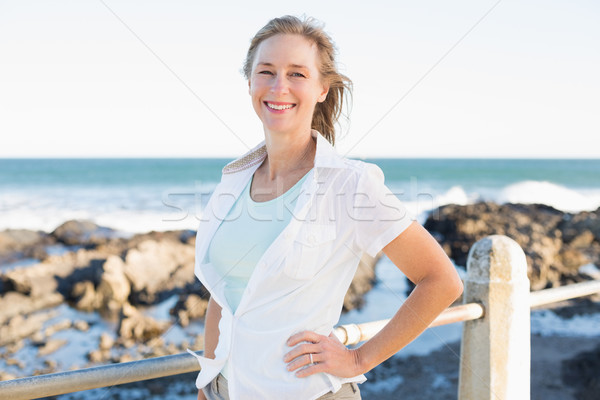 случайный женщина улыбается морем счастливым лет Сток-фото © wavebreak_media
