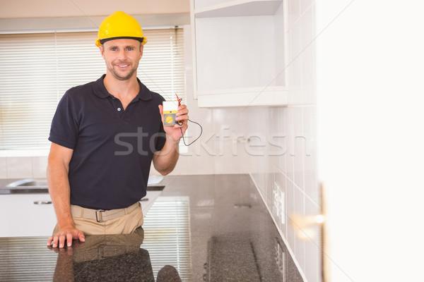 Bouwvakker tonen kabels keuken huis man Stockfoto © wavebreak_media