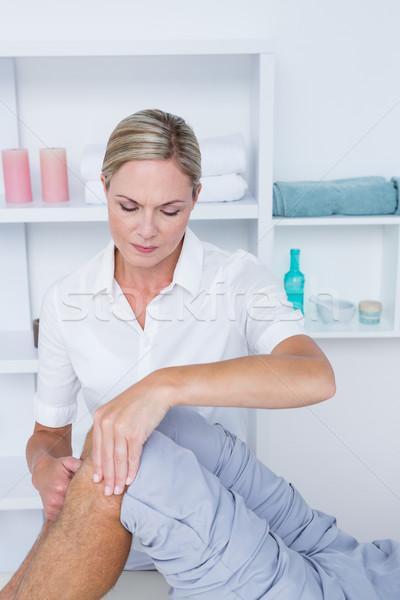ストックフォト: 男 · 膝 · マッサージ · 医療 · オフィス · 女性