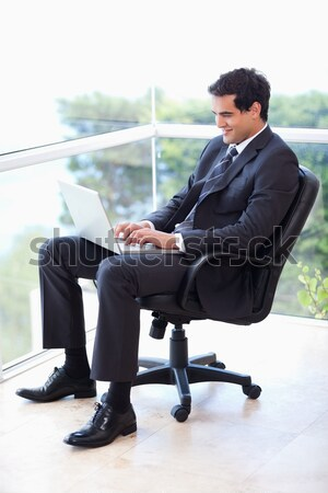 Nerveus zakenman vergadering bank kantoor man Stockfoto © wavebreak_media