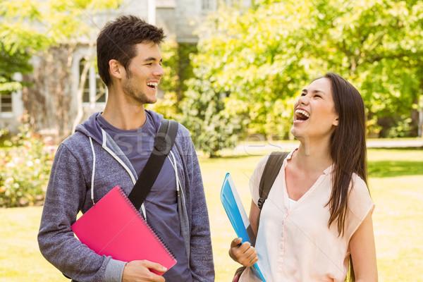 Sorridente amigos estudante em pé ombro saco Foto stock © wavebreak_media