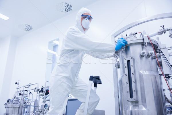 Wissenschaftler stehen Leiter schauen Kamera Fabrik Stock foto © wavebreak_media
