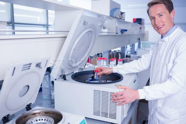 Mosolyog vegyész néz kamera laboratórium orvosi Stock fotó © wavebreak_media
