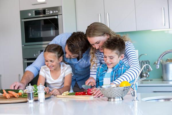 famille heureuse l gumes ensemble maison cuisine maison photo stock wavebreak. Black Bedroom Furniture Sets. Home Design Ideas