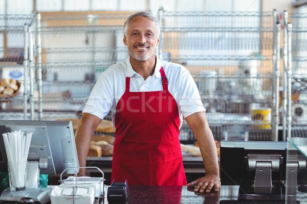 Barista glimlachend camera achter counter bakkerij Stockfoto © wavebreak_media
