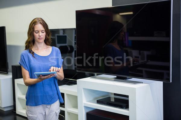 きれいな女性 ショッピング 新しい テレビ エレクトロニクス ストア ストックフォト © wavebreak_media