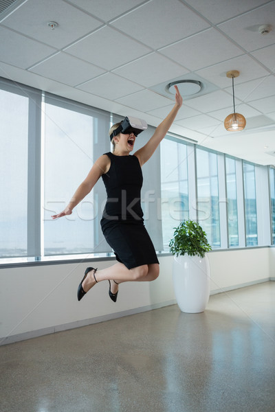 Vrouwelijke uitvoerende virtueel realiteit hoofdtelefoon kantoor Stockfoto © wavebreak_media