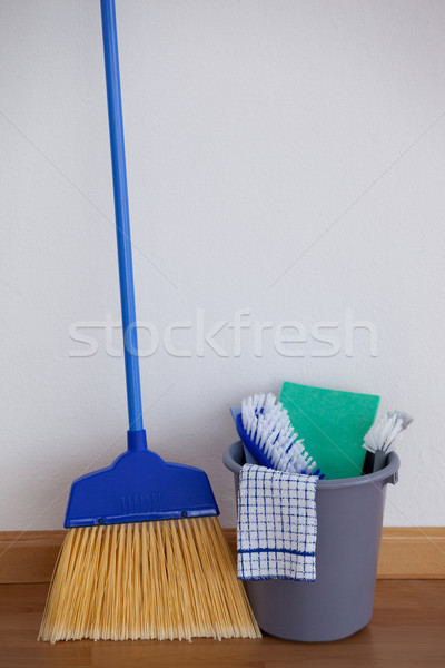 Limpeza equipamento parede madeira Foto stock © wavebreak_media