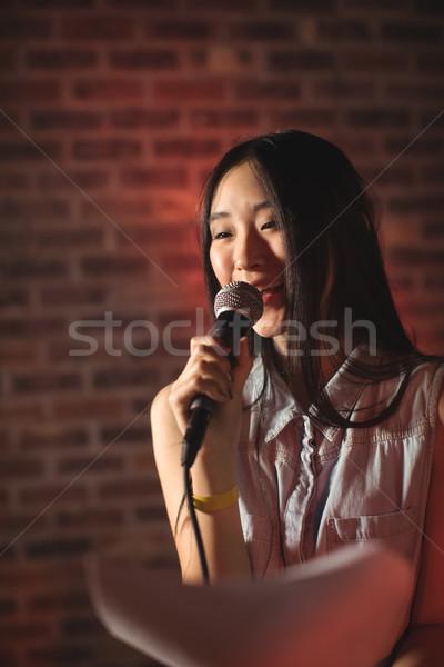 Kobiet piosenkarka papieru muzyki Zdjęcia stock © wavebreak_media