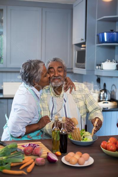 Oldalnézet nő csók férfi ételt készít konyha Stock fotó © wavebreak_media