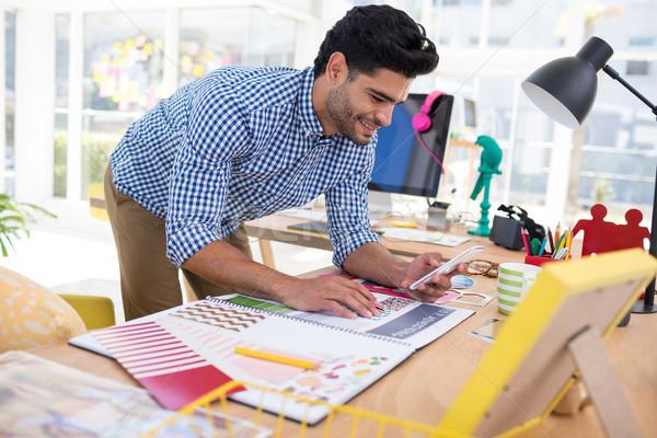 Stock fotó: Férfi · grafikus · designer · mobiltelefon · dolgozik · asztal