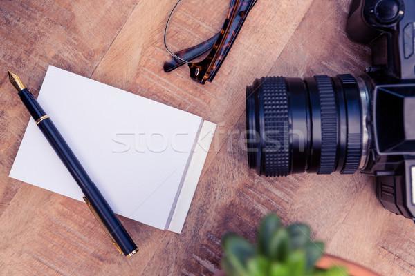 Câmera caneta papel mesa de madeira escritório folha Foto stock © wavebreak_media
