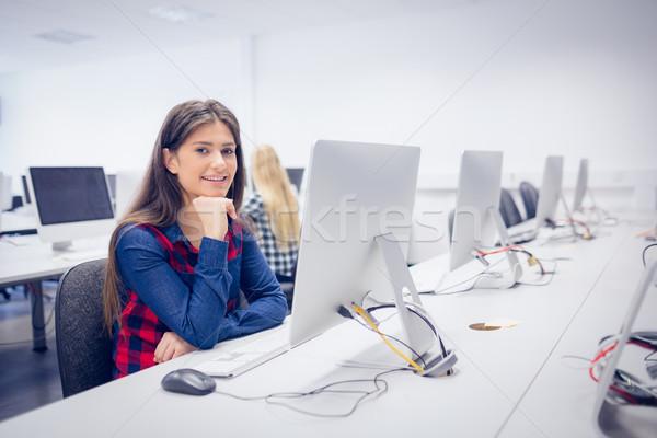 Sonriendo estudiante de trabajo ordenador Universidad mujer Foto stock © wavebreak_media