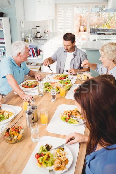 Familie şedinţei masa acasă casă fată Imagine de stoc © wavebreak_media