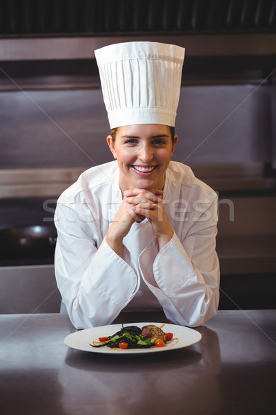 Chef contre plat cuisine heureux Photo stock © wavebreak_media