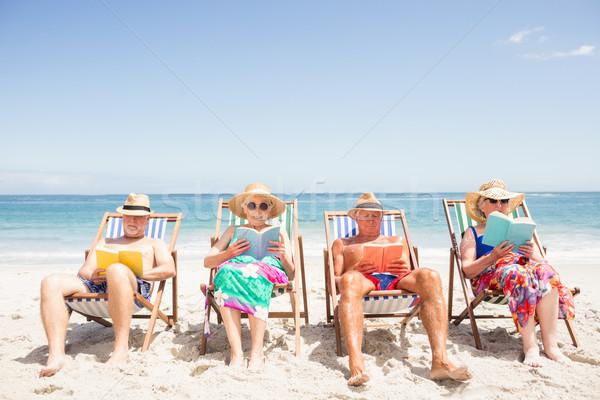 старший друзей чтение книгах пляж Сток-фото © wavebreak_media