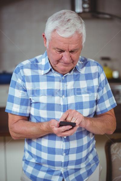 Idős férfi sms üzenetküldés otthon telefon technológia Stock fotó © wavebreak_media