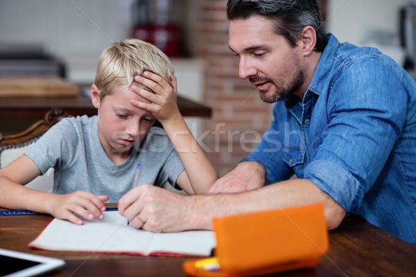 Ojciec pomoc syn praca domowa kuchnia domu Zdjęcia stock © wavebreak_media