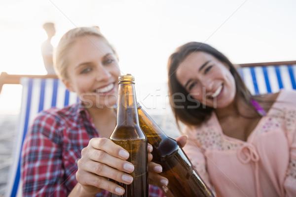 Sorridere amici birra spiaggia donna Foto d'archivio © wavebreak_media
