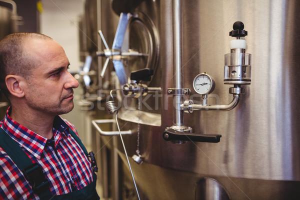 メーカー 見える 圧力 ゲージ 醸造所 男性 ストックフォト © wavebreak_media