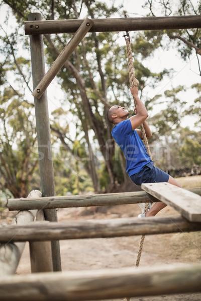 Fitt férfi mászik kötél akadályfutás fitnessz Stock fotó © wavebreak_media