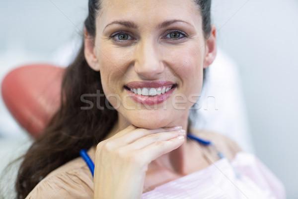 Uśmiechnięty kobiet pacjenta posiedzenia dentysta krzesło Zdjęcia stock © wavebreak_media