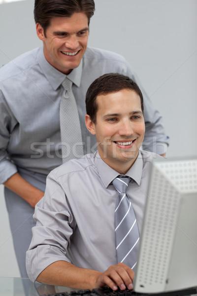 Zakenman helpen collega computer kantoor glimlach Stockfoto © wavebreak_media