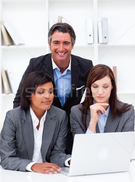 Stockfoto: Ernstig · onderneemsters · collega · werken · laptop · kantoor