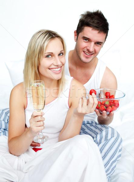 Stock fotó: Eszik · eprek · iszik · pezsgő · szerelmespár · ágy