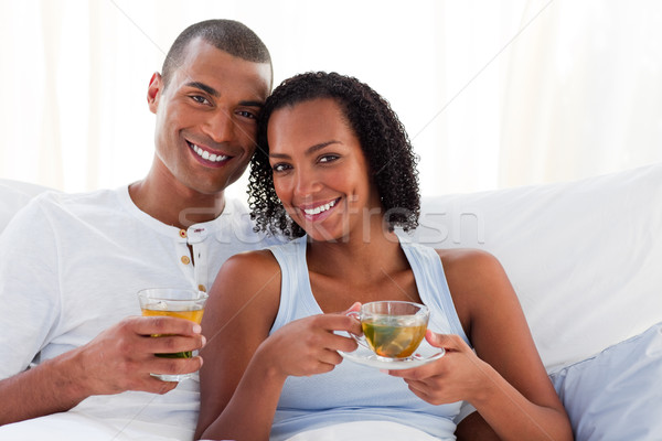 Glimlachend paar drinken beker thee bed Stockfoto © wavebreak_media