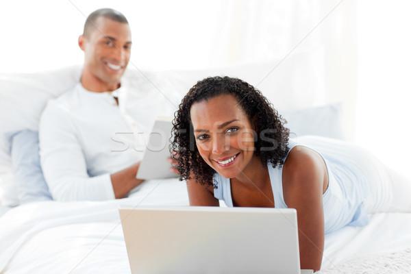 Сток-фото: счастливым · пару · расслабляющая · кровать · домой · женщину