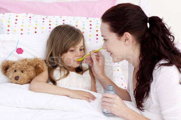 Nina cama toma jarabe madre mano Foto stock © wavebreak_media