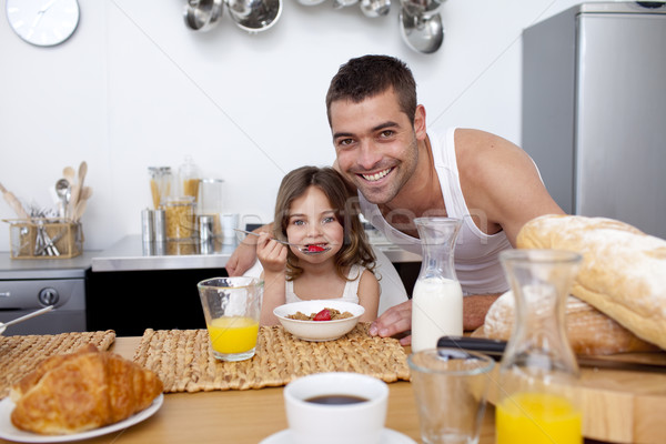 Hija comer cereales frutas cocina padre Foto stock © wavebreak_media