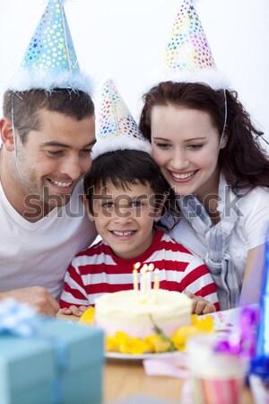 Mère célébrer anniversaire famille maison de famille fille Photo stock © wavebreak_media