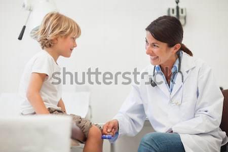 этнических врач дефибриллятор пациент больницу здоровья Сток-фото © wavebreak_media