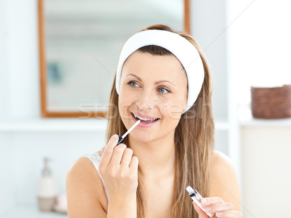 Feliz mulher lustro lábios banheiro Foto stock © wavebreak_media