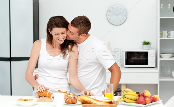Afetuoso homem beijando namorada pão Foto stock © wavebreak_media