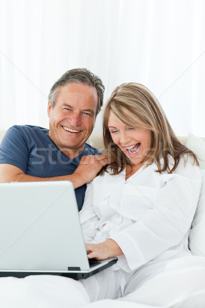 Maduro amantes olhando laptop casa família Foto stock © wavebreak_media