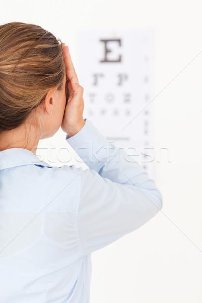 Morena mujer mirando examen de la vista cirugía sonrisa Foto stock © wavebreak_media