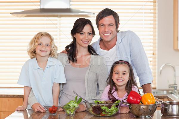семьи Салат вместе кухне дома красоту Сток-фото © wavebreak_media