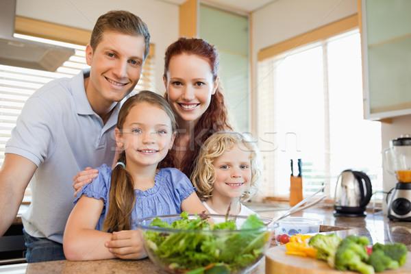 Familie permanente samen achter aanrecht meisje Stockfoto © wavebreak_media