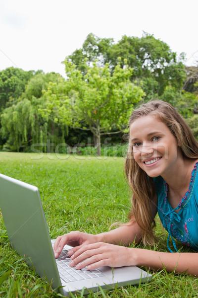 Zdjęcia stock: Szczęśliwy · student · parku · za · pomocą · laptopa · patrząc