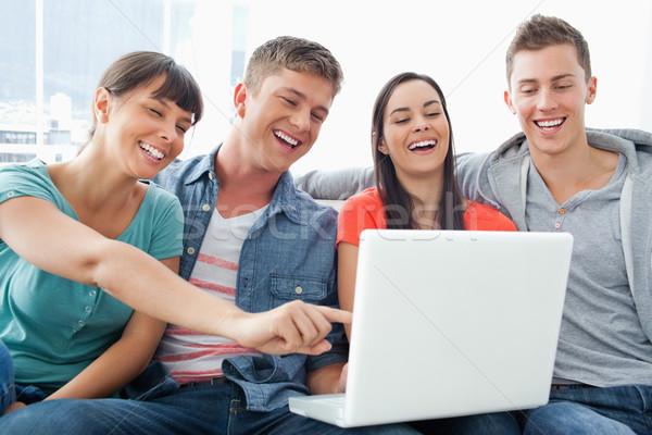 Nevet csoport barátok körül laptop néz Stock fotó © wavebreak_media