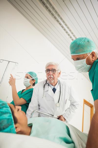 Foto d'archivio: Medico · chirurgo · guardando · femminile · paziente · ospedale