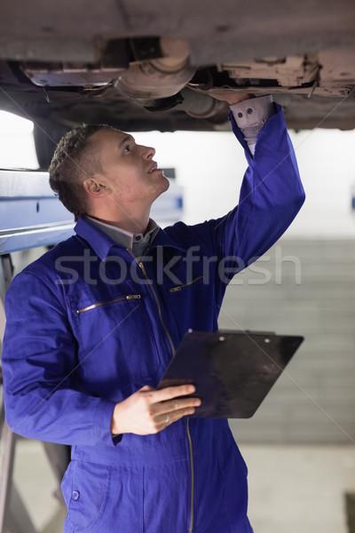 Szerelő néz alatt autó tart vágólap Stock fotó © wavebreak_media
