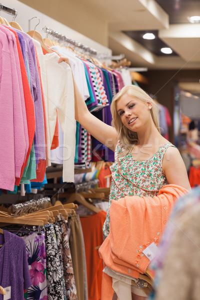 Nő keres ruházat mosolyog pláza üzlet Stock fotó © wavebreak_media