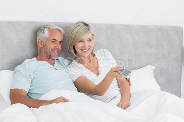 Szczęśliwy para oglądania telewizja bed dojrzały Zdjęcia stock © wavebreak_media