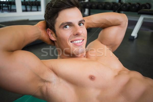Uśmiechnięty muskularny człowiek brzuszny młodych szczęśliwy Zdjęcia stock © wavebreak_media
