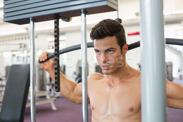 Muskularny człowiek maszyny siłowni Zdjęcia stock © wavebreak_media